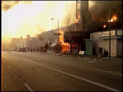 vídeos de stock e filmes b-roll de large buildings on fire during race riots. - 1992