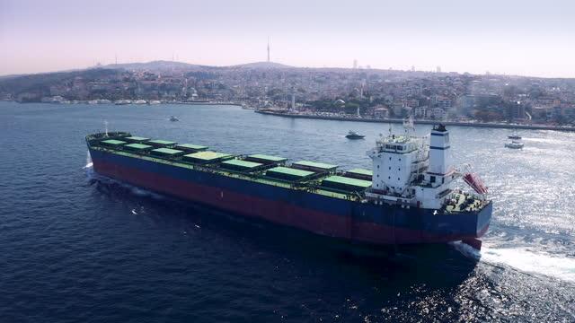vídeos y material grabado en eventos de stock de gran transporte a granel pasando por el bósforo - vista aérea - embarcación de pasajeros