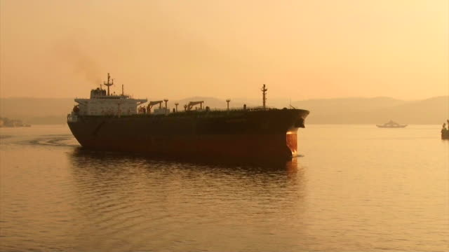 vídeos de stock, filmes e b-roll de grande navio de carga ao amanhecer passa o bósforo - cruising