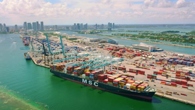 vídeos y material grabado en eventos de stock de aerial large cargo ship docked on dodge island, florida - bahía de biscayne
