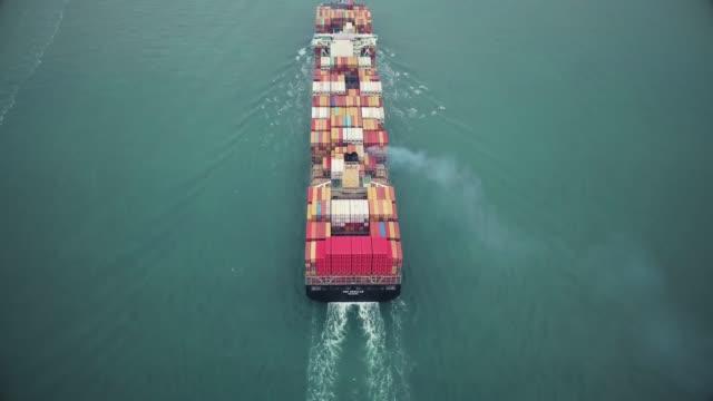 vidéos et rushes de large cargo ship in hong kong - bras de mer mer