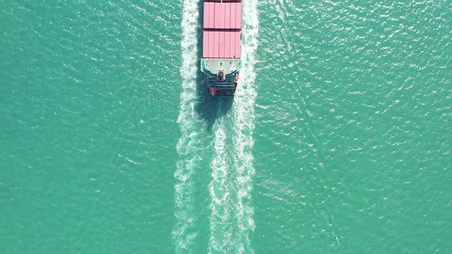 vidéos et rushes de large cargo ship in qingdao, shandong, china - bras de mer mer