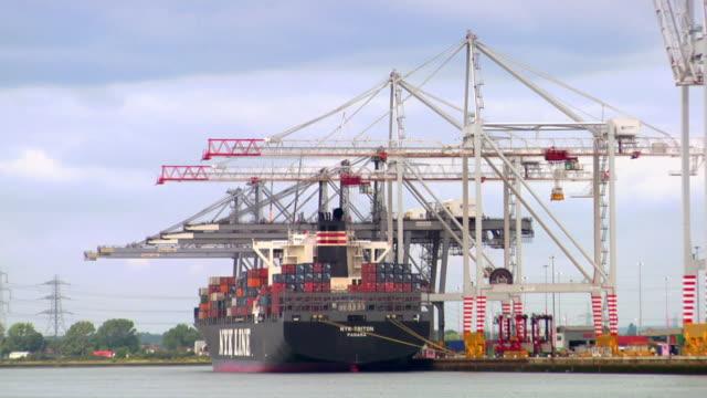 ws large cargo ship moored at dock, hampshire, united kingdom - 英国ハンプシャー点の映像素材/bロール