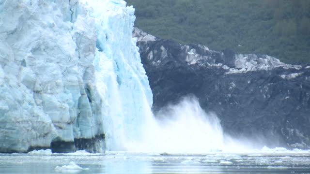 ws, zi, ms, large chunk of ice calving, margerie glacier, tarr inlet, glacier bay national park and preserve, alaska, usa - アラスカ点の映像素材/bロール
