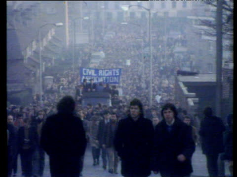 large civil rights demonstration which ended in bloody sunday shootings marches up hill londonderry 30 jan 72 - sonntag stock-videos und b-roll-filmmaterial
