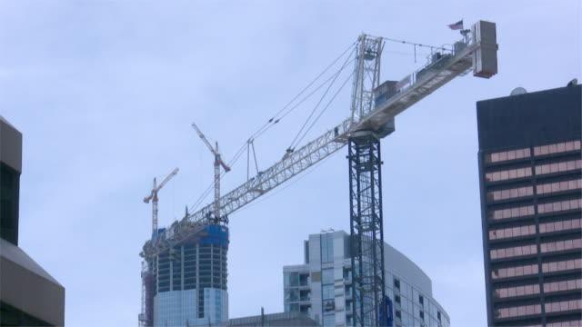 große ausführung cranes - hochziehen stock-videos und b-roll-filmmaterial