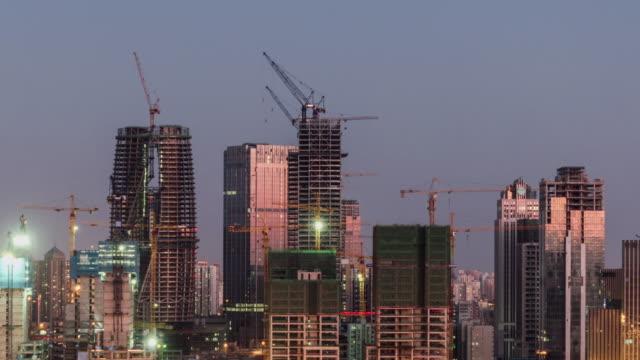 vídeos y material grabado en eventos de stock de t/l pan obra grandes con grúas, de la puesta del sol a la noche - ciudades capitales