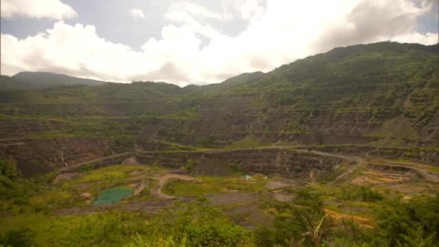 vídeos y material grabado en eventos de stock de large crater with green pond and sediment at former panguna copper mine on bougainville island papua new guinea - parque nacional crater lake