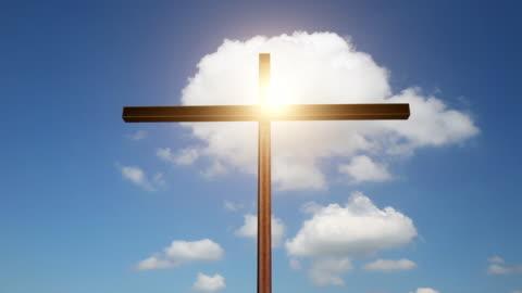 stort kors med blå himmel och sol, tidsfördröjning - kors religiös symbol bildbanksvideor och videomaterial från bakom kulisserna