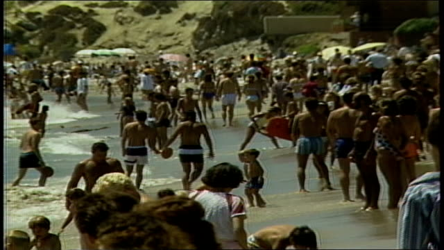 large crowd at beach - anno 1987 video stock e b–roll