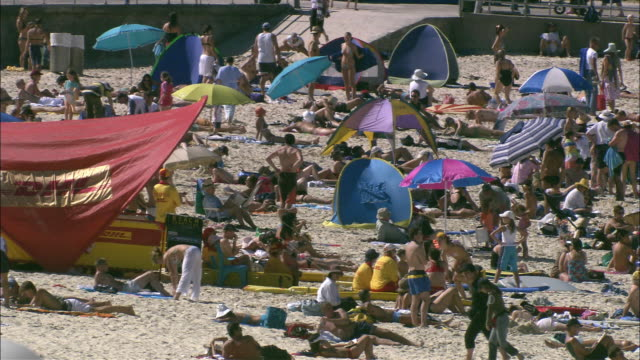 ws ha large crowd at bondi beach, sydney, new south wales, australia - tourist stock videos & royalty-free footage