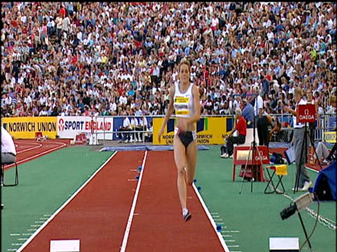 large crowd behind kelly sotherton women's long jump 2004 crystal palace athletics grand prix london - lanci e salti femminile video stock e b–roll