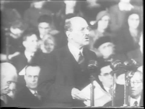 large crowd fills albert hall / prime minister clement attlee speaks at a podium before a bank of microphones. - 1945点の映像素材/bロール