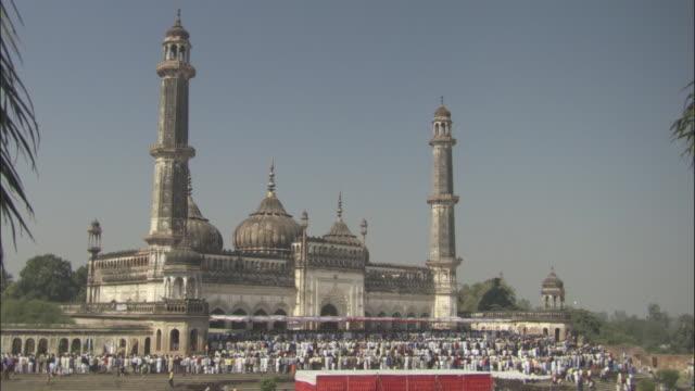 vídeos de stock, filmes e b-roll de ws large crowd gathered outside jama masjid mosque/ delhi, india - 17th century style