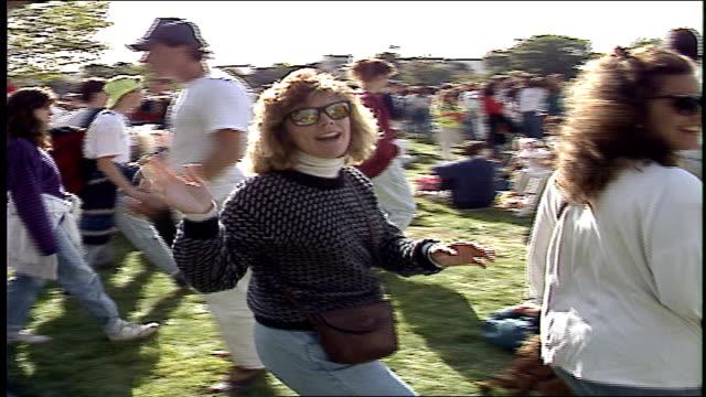 vídeos y material grabado en eventos de stock de large crowd of people at head of the charles regatta in boston - río charles