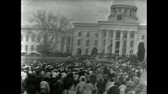vídeos y material grabado en eventos de stock de large crowd of protest marchers walk up to the montgomery state capitol building at the end of the march from selma; 25th march 1965. - 1965