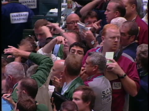 large crowd of stock traders make transactions on the floor of the new york stock exchange. - 2008 stock-videos und b-roll-filmmaterial