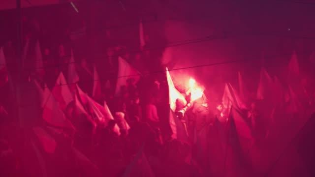 独立行進の大群衆。フラグとフレア。ポーランドの祝日 - 記号点の映像素材/bロール