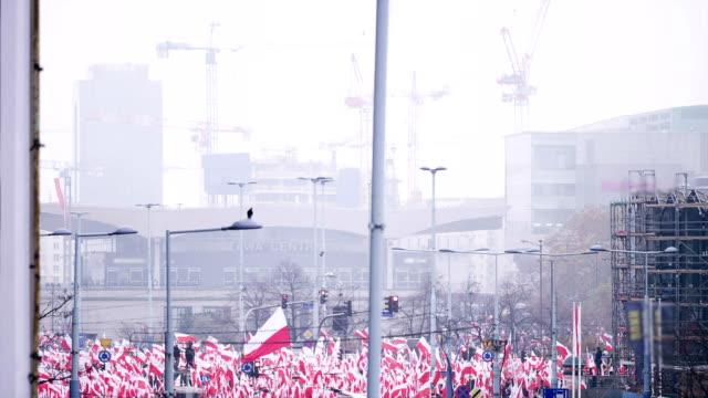 vidéos et rushes de grande foule sur l'indépendance mars. drapeaux et fusées éclairantes. fête nationale polonaise - anti aérien