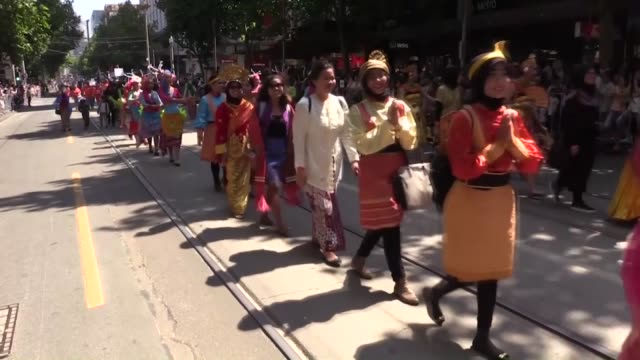 a large crowd watch as participants march at the the australia day parade in melbourne on january 26 2016 hundreds march solemnly in protest at what... - 行進する点の映像素材/bロール