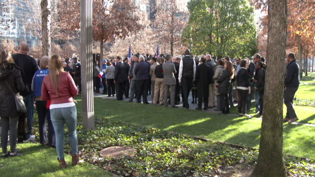 vidéos et rushes de large crowds gather at the 9/11 memorial site in lower manhattan to attend a memorial service honoring victims of the paris france terrorist attacks... - respect