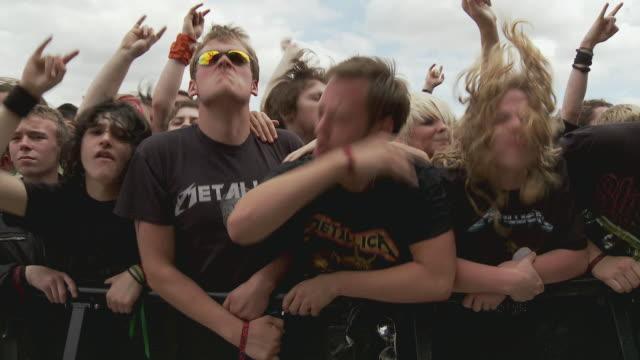 ms pan large crowds head banging and cheering at music festival / knebworth, hertfordshire, uk - bar överkropp bildbanksvideor och videomaterial från bakom kulisserna