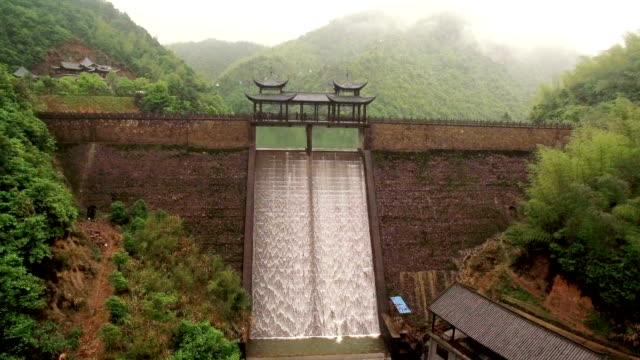 stora dammar i den ursprungliga skogen - hydroelektrisk kraft bildbanksvideor och videomaterial från bakom kulisserna