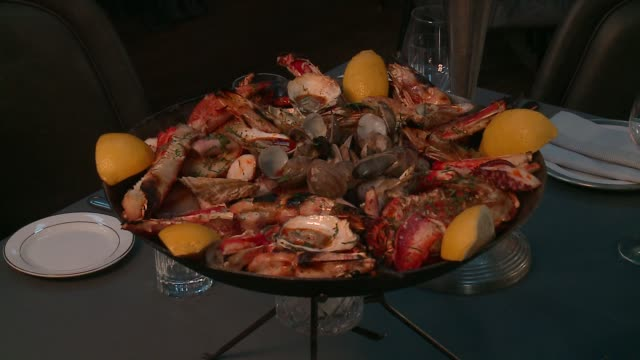 wgn large dish with many shellfish on display at maple ash restaurant in chicago on february 17 2016 - flußkrebs tier stock-videos und b-roll-filmmaterial