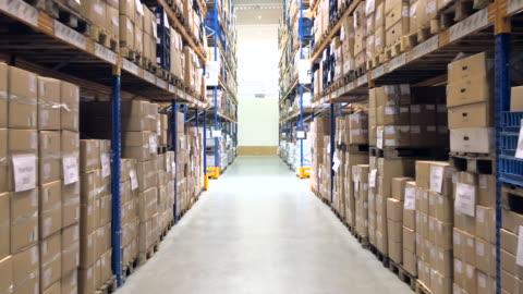 stockvideo's en b-roll-footage met grote distributie centrum interieur - achteruit - merchandise