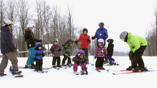 大規模な多様な家族のスキーリゾート週末アマチュア冬のスポーツ - スキー点の映像素材/bロール