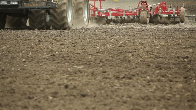Große acht Reifen Traktor Farm Field gepflügt