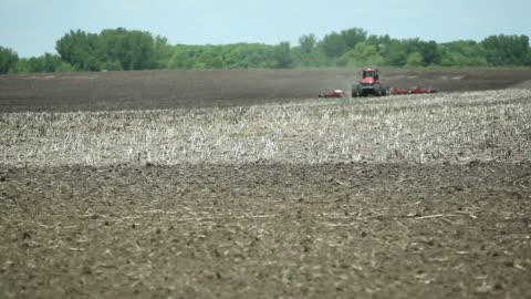 vídeos y material grabado en eventos de stock de ocho tire tractor arar un campo de primavera - arar