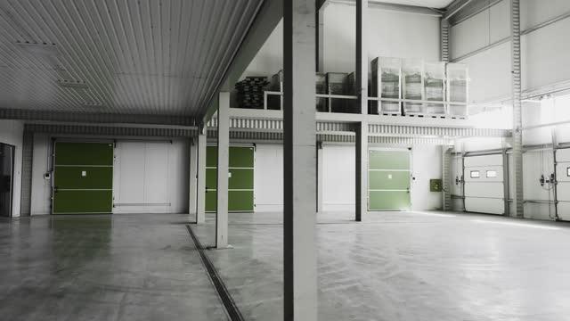 grande magazzino vuoto per lo stoccaggio - frigorifero video stock e b–roll