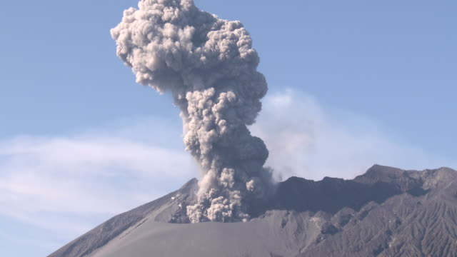 a large eruption at sakurajima volcano in japan sends volcanic ash shooting into the sky - cenere video stock e b–roll