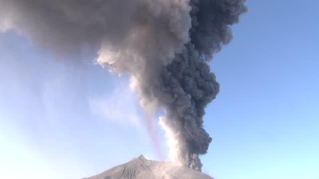vidéos et rushes de a large eruption at sakurajima volcano in japan sends volcanic ash shooting into the sky - brasier