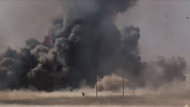 large explosion in a war zone - conflittualità video stock e b–roll