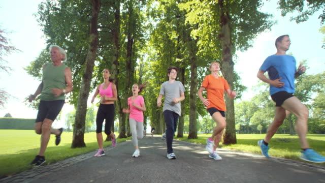 SLO MO-TS große Familie, Joggen im park