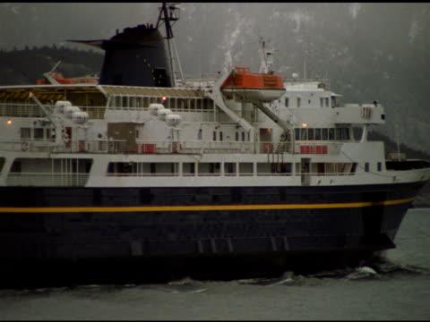 vídeos de stock e filmes b-roll de large ferry passes from left to right, haines, alaska - embarcação comercial