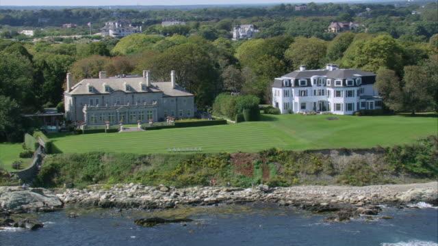 vidéos et rushes de aerial large gilded age mansions near cliff side / newport, rhode island, united states - format vignette