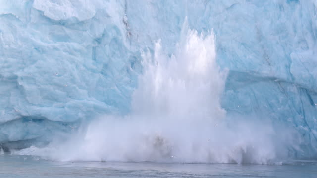 large glacier calving in svalbard at monacobreen - 氷河点の映像素材/bロール