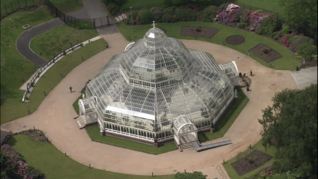vídeos de stock, filmes e b-roll de a large glass gazebo style greenhouse resides in sefton park. - gazebo