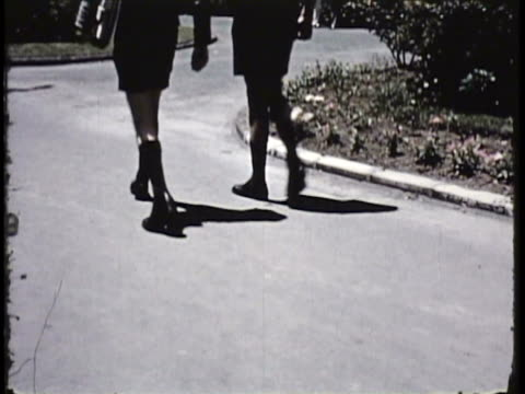vidéos et rushes de 1955 montage ms ha ws tu large group of boys leaving school grounds with bicycles, students walking on footpaths on school campus / new zealand / audio - casquette