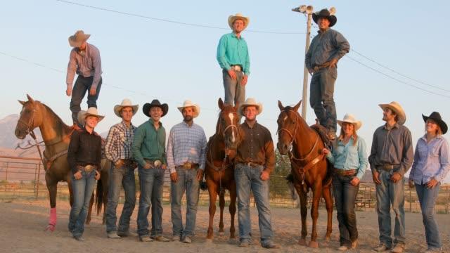 Große Gruppe von Cowboys und Cowgirls auf dem Pferderücken