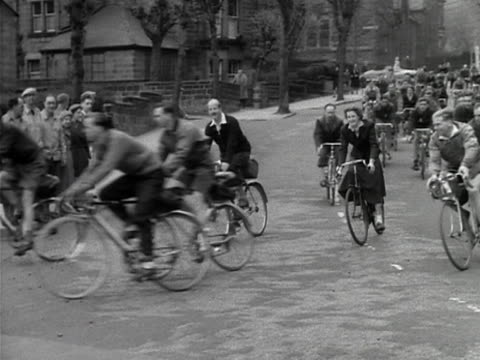 a large group of cyclists move along a harrogate street to celebrate the 75th anniversary of the cyclists touring club 1953 - 75th anniversary stock videos & royalty-free footage