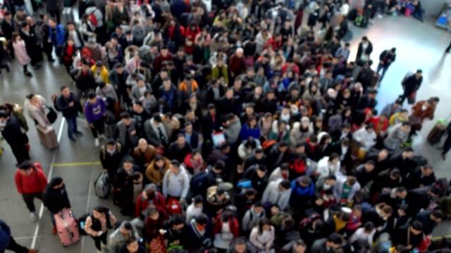 Grand groupe de personnes dans la station de train à grande vitesse