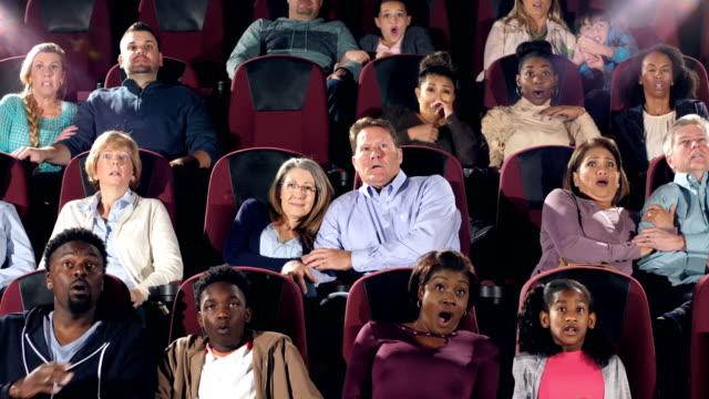 große gruppe von personen bei theaterbestuhlung beängstigend film - projektionswand stock-videos und b-roll-filmmaterial