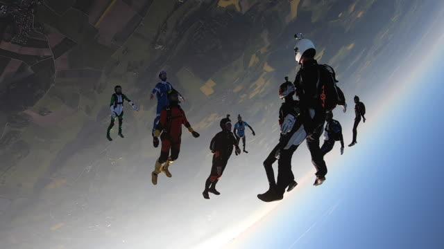 vídeos de stock e filmes b-roll de large group of sky divers in free fall - locais geográficos