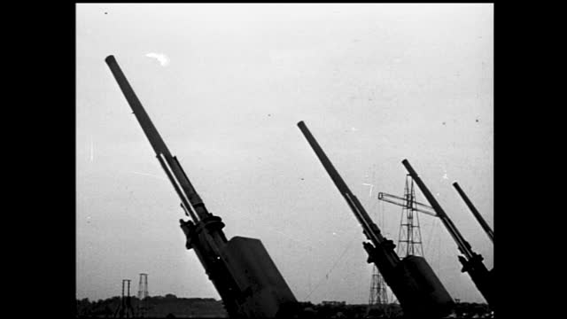 large guns surrounded by soldiers aimed at the sky and firing - 1940 1949 stock-videos und b-roll-filmmaterial
