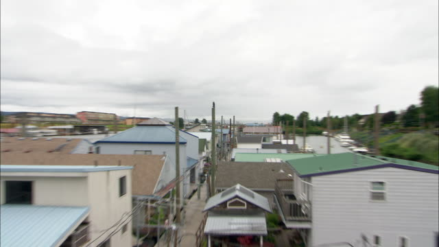 zo ws large houseboat community with wooden pier between buildings / portland, oregon, usa - portland oregon house stock videos & royalty-free footage