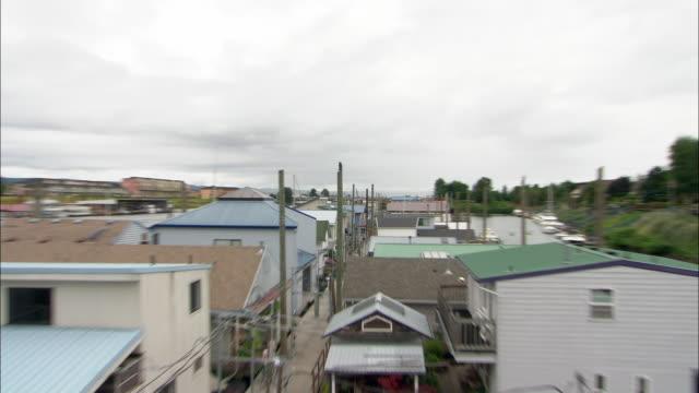 vidéos et rushes de zo ws large houseboat community with wooden pier between buildings / portland, oregon, usa - portland oregon